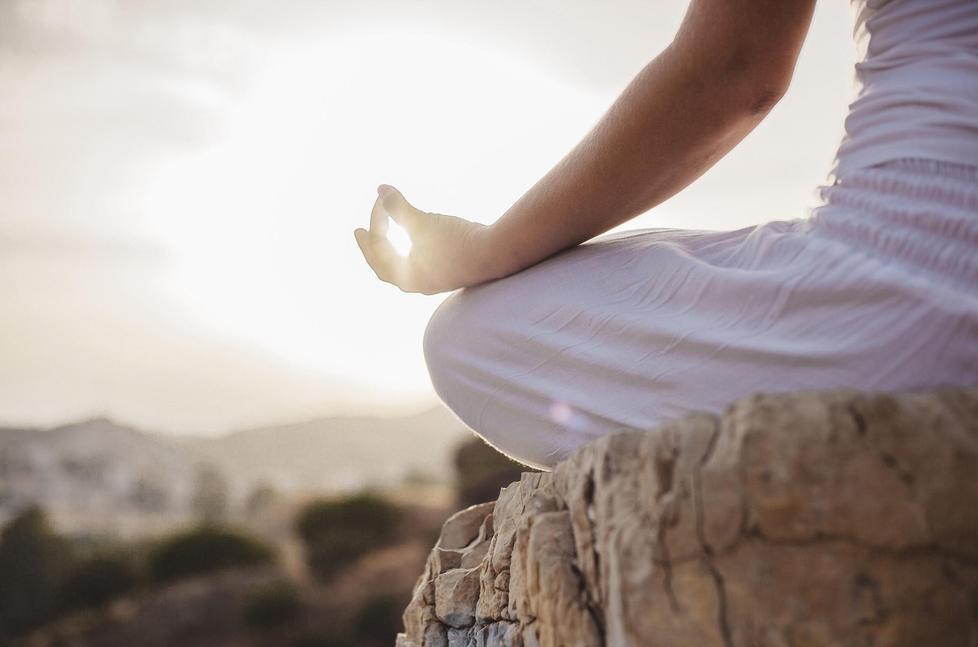 Femme position de yoga face au soleil