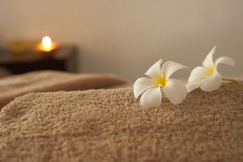 Ambiance salle de massage avec serviette